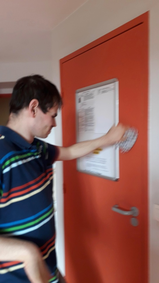 francois j'entretiens la porte de ma salle de bain ( cedric)